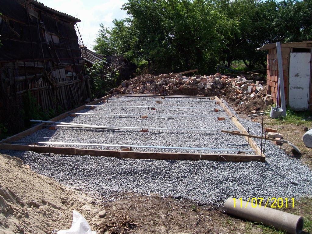 Бетонирование площадки под установку сборного металлического гаража.