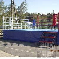 Ринг для бокса на помосте.