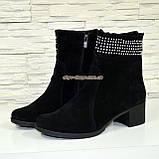 Ботинки замшевые демисезонные на невысоком каблуке, декорированы накаткой камней, фото 2