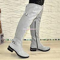 Ботфорты замшевые зимние на маленьком каблуке, декорированы ремешком