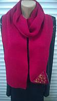 Красный вязаный шарф украшенный камнями