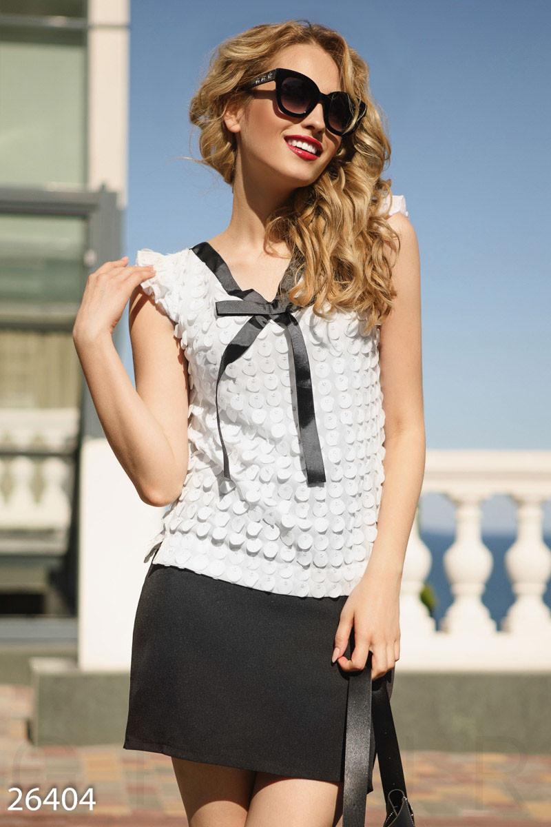 Белая женская блуза с аппликацией