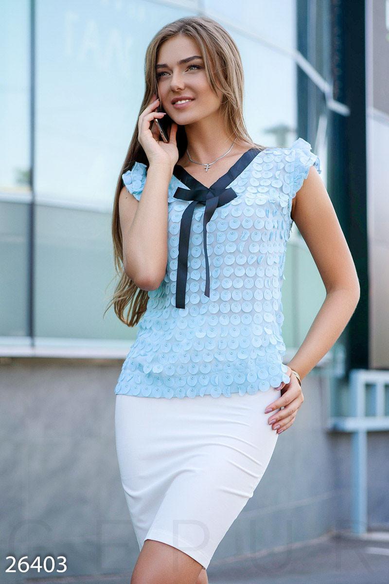 Голубая женская блуза с аппликацией