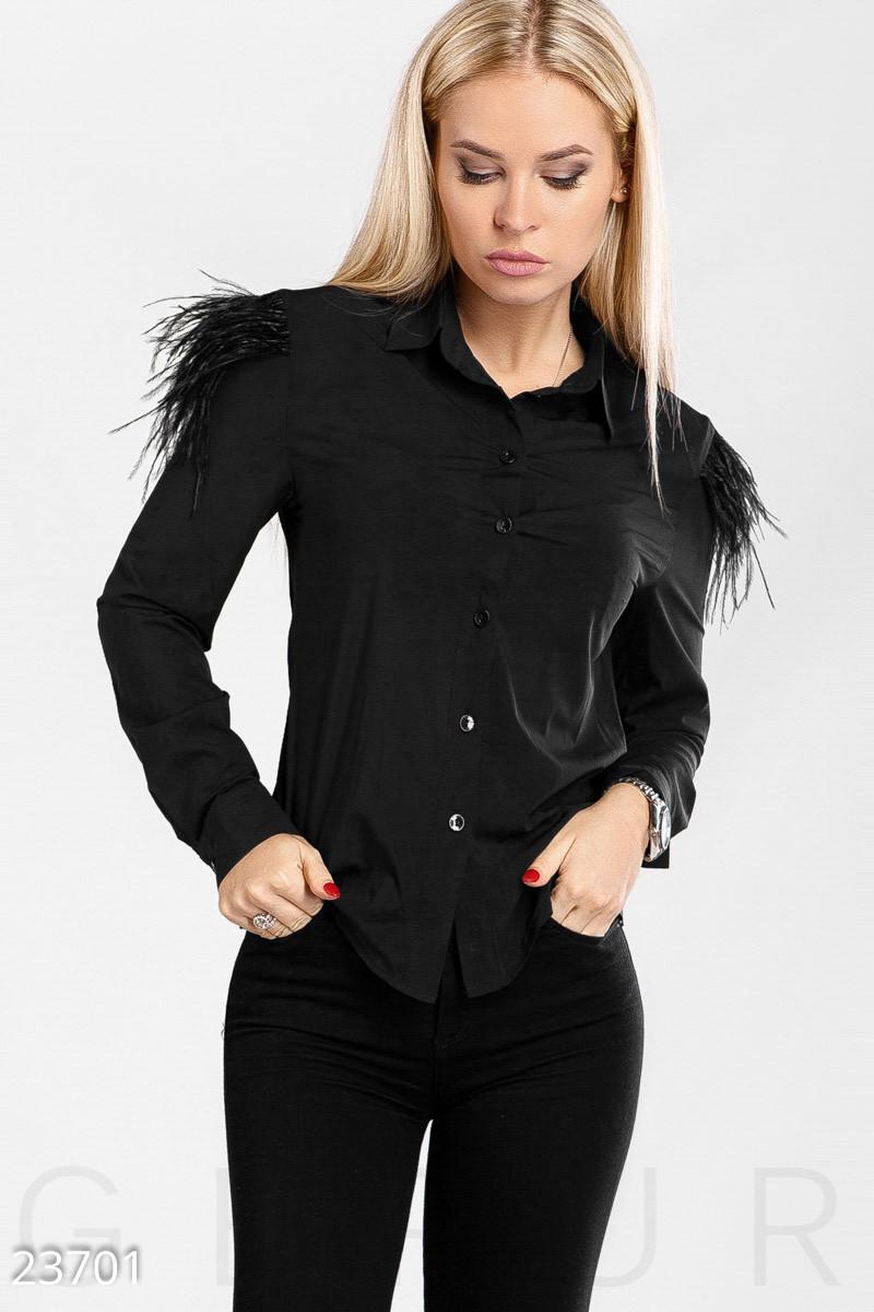 Модная женская блуза черного цвета с декором на плечах
