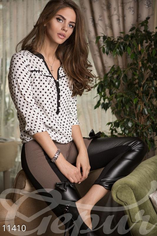 Стильная белая блуза в черный горошек