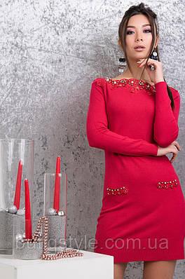 Женское платье с гипюровыми вставками и бусинами