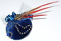 Синяя бархатная шляпка с перьями