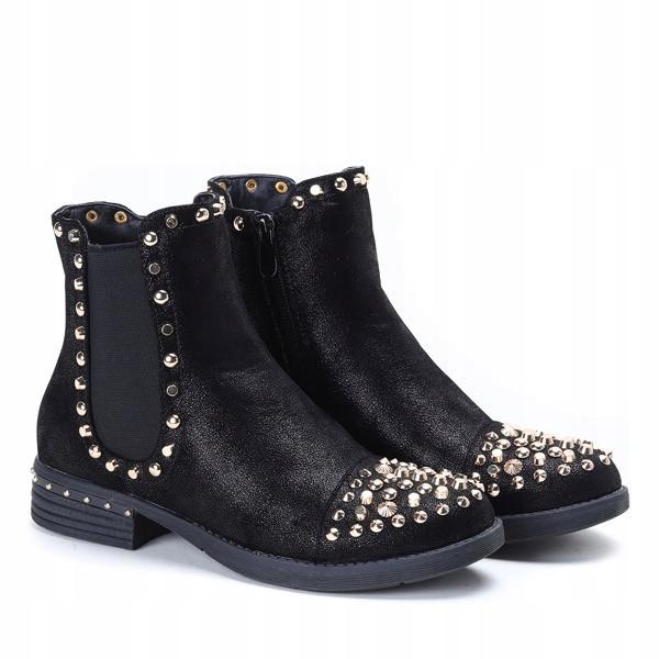 Женские ботинки украшены стразами от произодителя