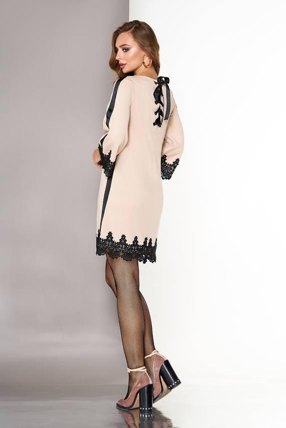 Короткое нарядное бежевое платье трапеция с кружевом, фото 2