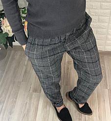 Тёплые молодежные брюки в клетку серого цвета