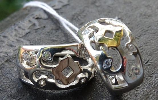 Серебряные серьги с золотыми вставками и узором