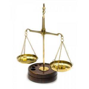 Весы бронзовые на деревянной подставке (15х6х9 см) ( 24455)