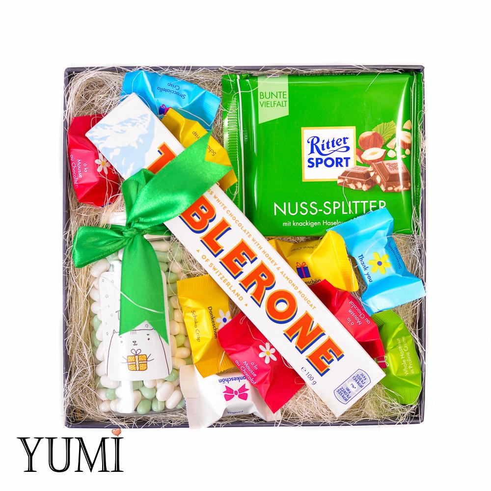Яркий подарочный набор со сладостями