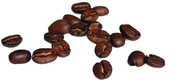 свежеобжаренный кофе на сковороде