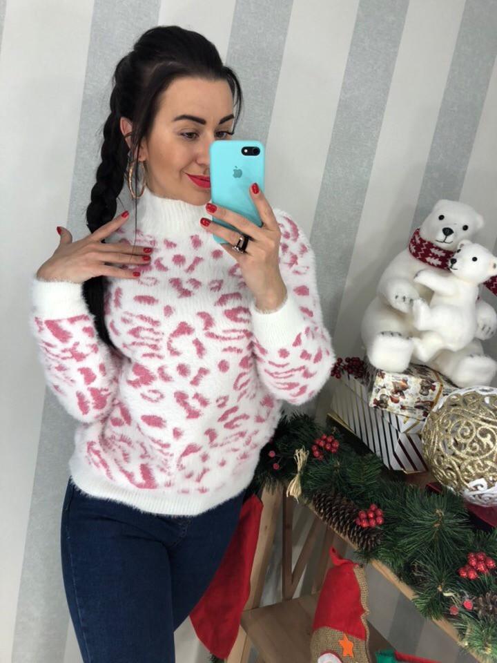 Белый свитер с розовым принтом