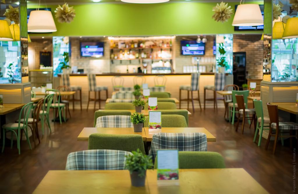 Как видите - клетка стильно смотрится и внутри ресторана. Вся мебель оббита Нашей тканью Шенил.