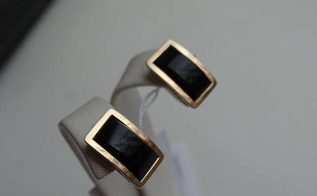 Квадратные серебряные серьги с золотой пластиной и черным ониксом