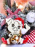 Новогодняя свинка с игрушкой - Символ 2019 года. Новогоднее украшения свинка сидящая, фото 3