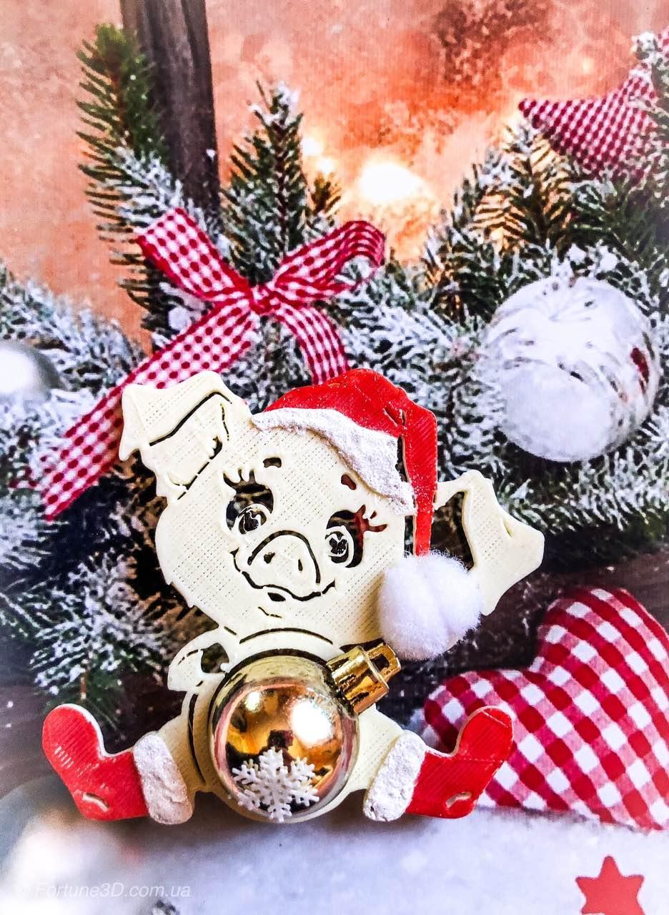 Новогодняя свинка с игрушкой - Символ 2019 года. Новогоднее украшения свинка сидящая