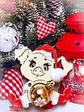 Новогодняя свинка с игрушкой - Символ 2019 года. Новогоднее украшения свинка сидящая, фото 4