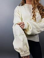 Теплый короткий женский свитер с декором из бусинок и с интересным фасоном рукава