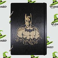 Скетчбук с деревянной обложкой А5 черный лак Бэтмен, фото 1