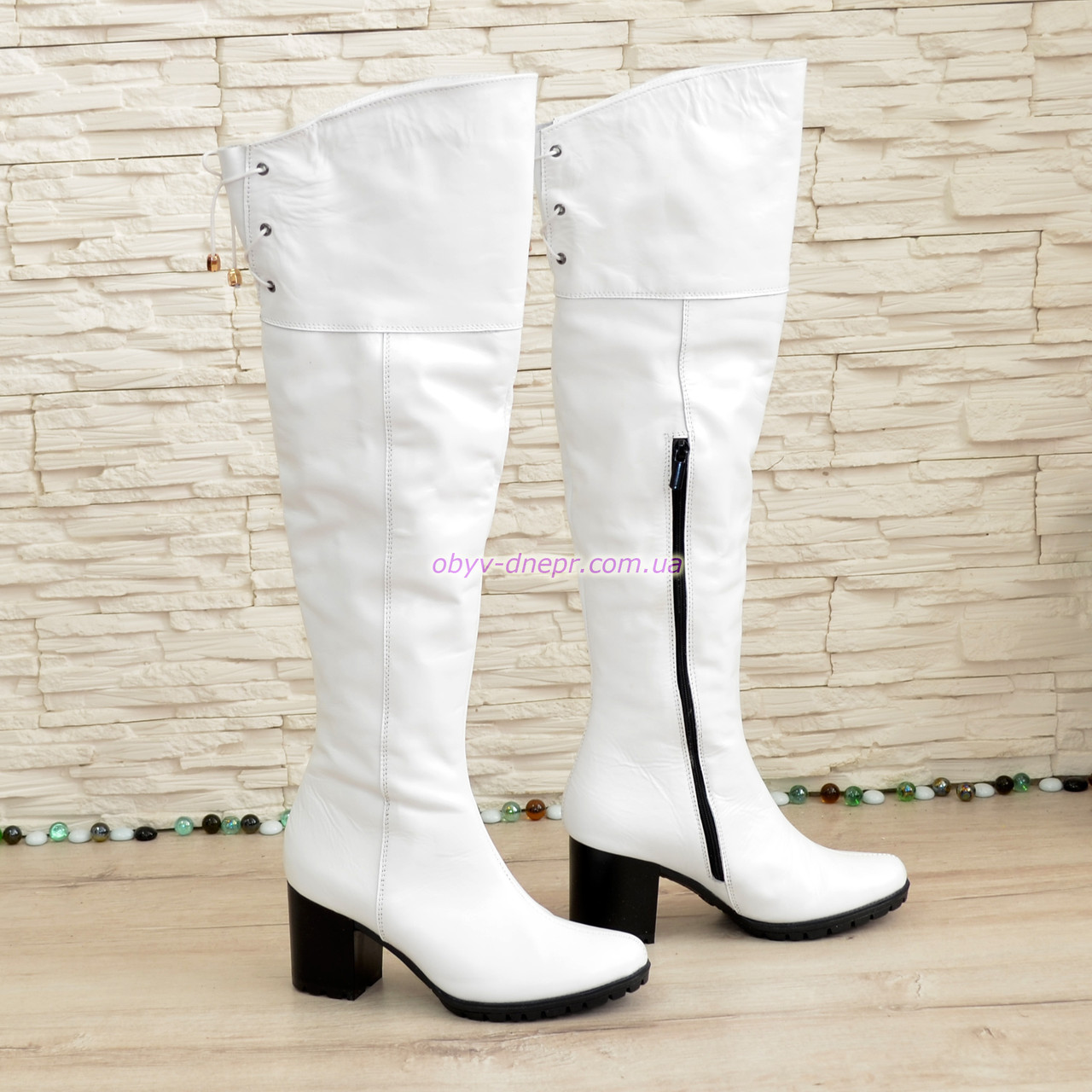 Ботфорты   кожаные на каблуке. Белый цвет.
