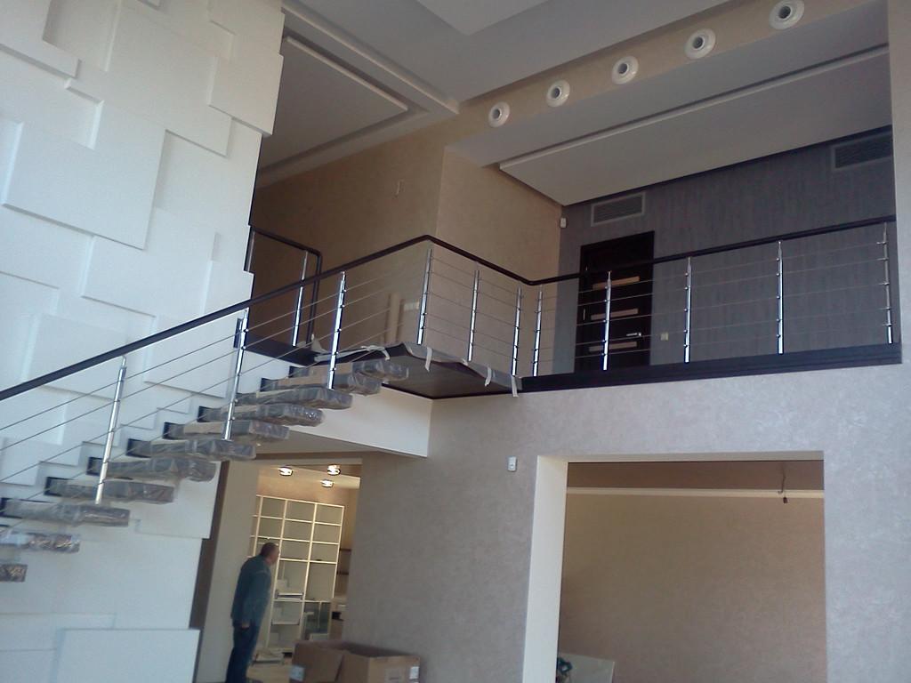 тросовое ограждение лестничного пролета в частном доме, Запорожье, зима 2016
