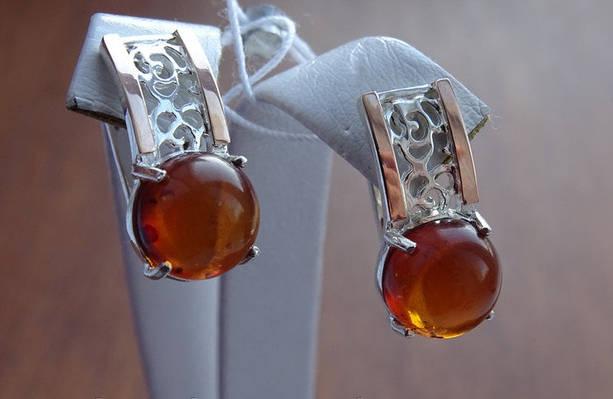 Классические серебряные серьги с золотой пластинкой и янтарем