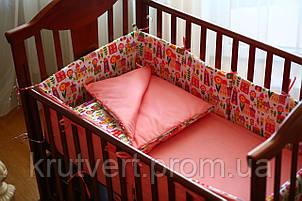 Большой комплект постельного белья для детской кроватки Веселые домики на розовом фоне