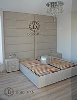 Высокое изголовье на всю стену и кровать с тумбочками комплект