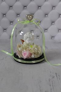 Композиция из стабилизированных цветов в стеклянной колбе с ангелочком