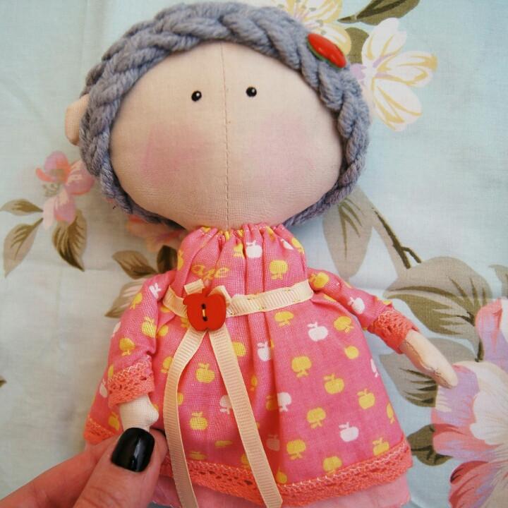 Текстильная куколка в платье с яблочками Hand Made, игрушка