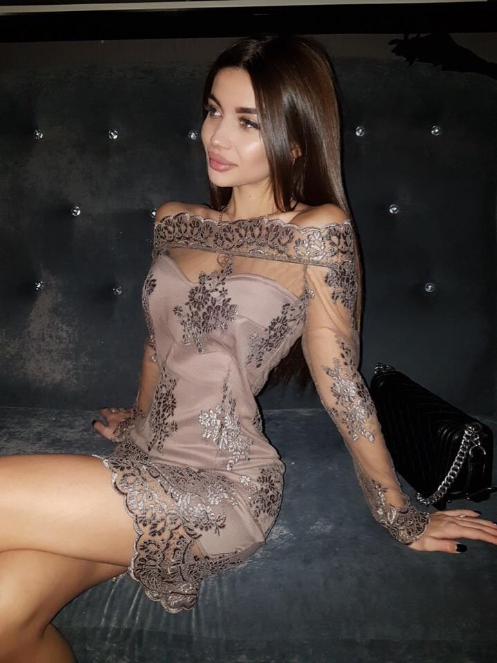 Коктейльное платье с открытыми плечиками