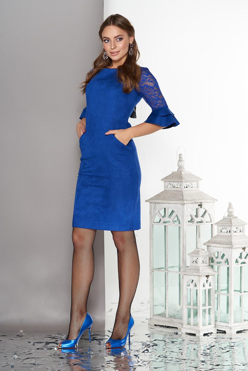 Нарядное замшевое платье с гипюром и воланами синее