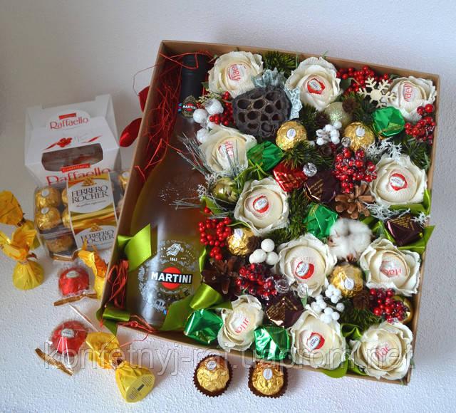 Новогодняя коробка с конфетами и шампанским