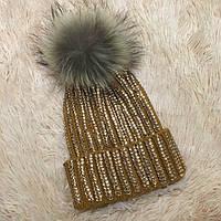 Женская вязаная шапка с бубоном и стразами горчичная, фото 1
