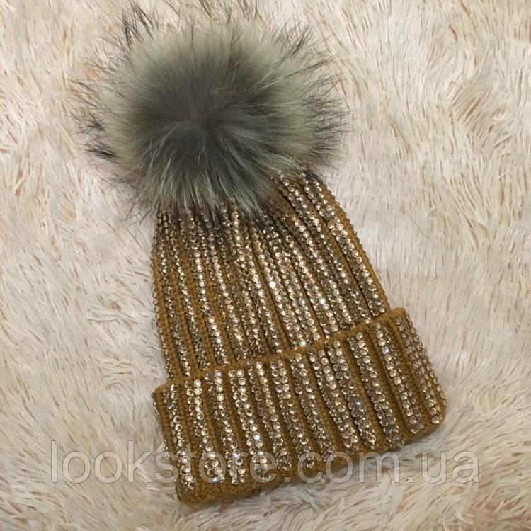 Женская вязаная шапка с бубоном и стразами горчичная