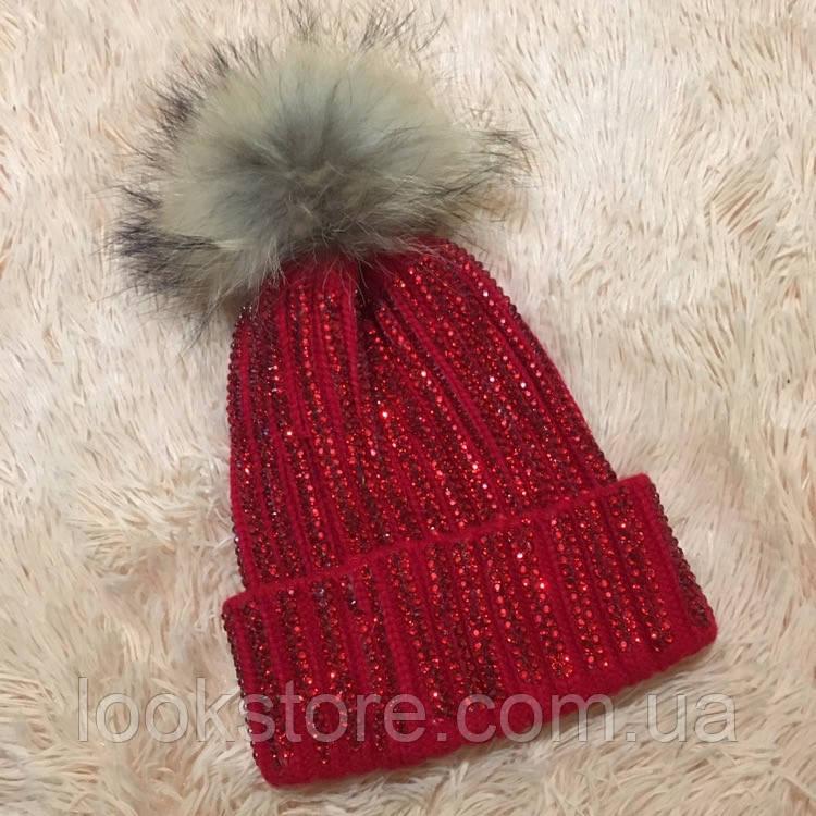 Женская вязаная шапка с бубоном и стразами красная