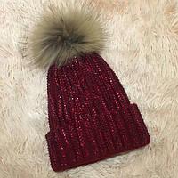 Женская вязаная шапка с бубоном и стразами бордовая