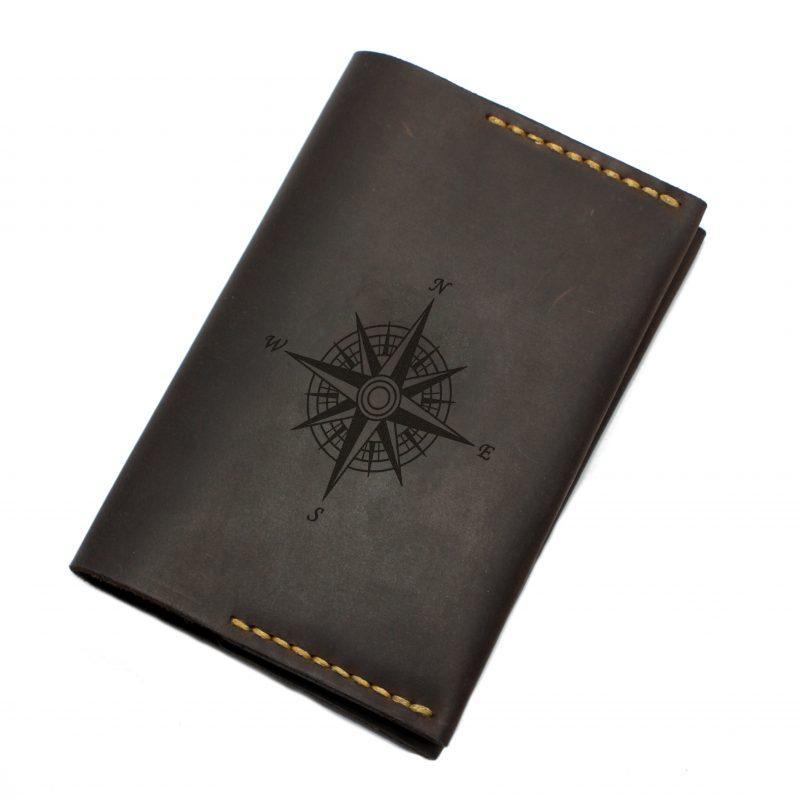 """Обложка для паспорта и карт кожаная с гравировкой """"Компас"""". Цвет коричневый"""