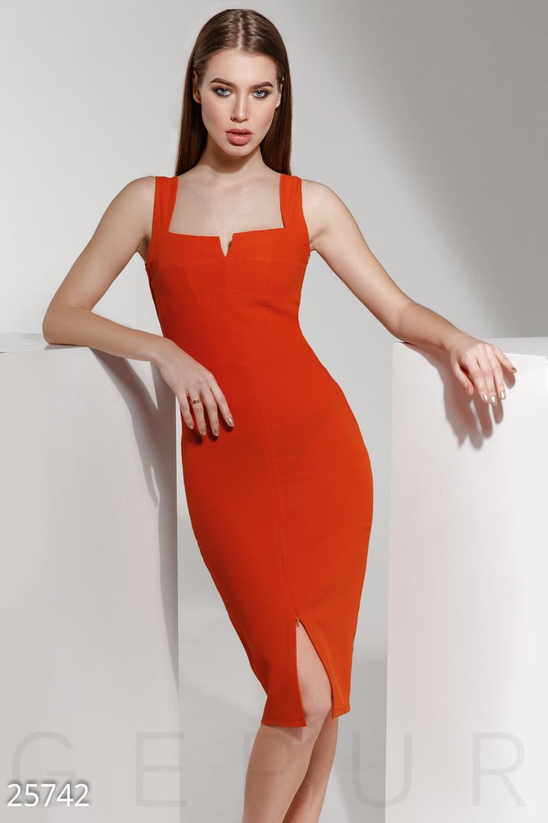 Яркое силуэтное платье
