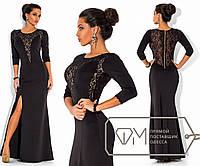 Вечернее платье в пол из дайвинга с рукавом три четверти, высоким разрезом сбоку и отделкой из гипюра