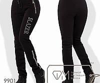 Спортивные штаны из трикотажа на флисе прямые с карманами-карго на молниях и надписью с полосами, 2 цвета