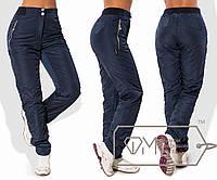 Штаны в спортивном стиле из плащёвки на флисе с эластичным поясом, застёжкой и карманами на молниях, 2 цвета