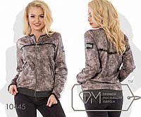 Куртка-бомбер из ангоры с напылением под экокожу с косыми карманами на молниях, отделкой принтом, 2 цвета