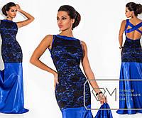 Платье в пол без рукавов приталенное из королевского атласа с отделкой узорным гипюром и декольте Цвет электрик 5731