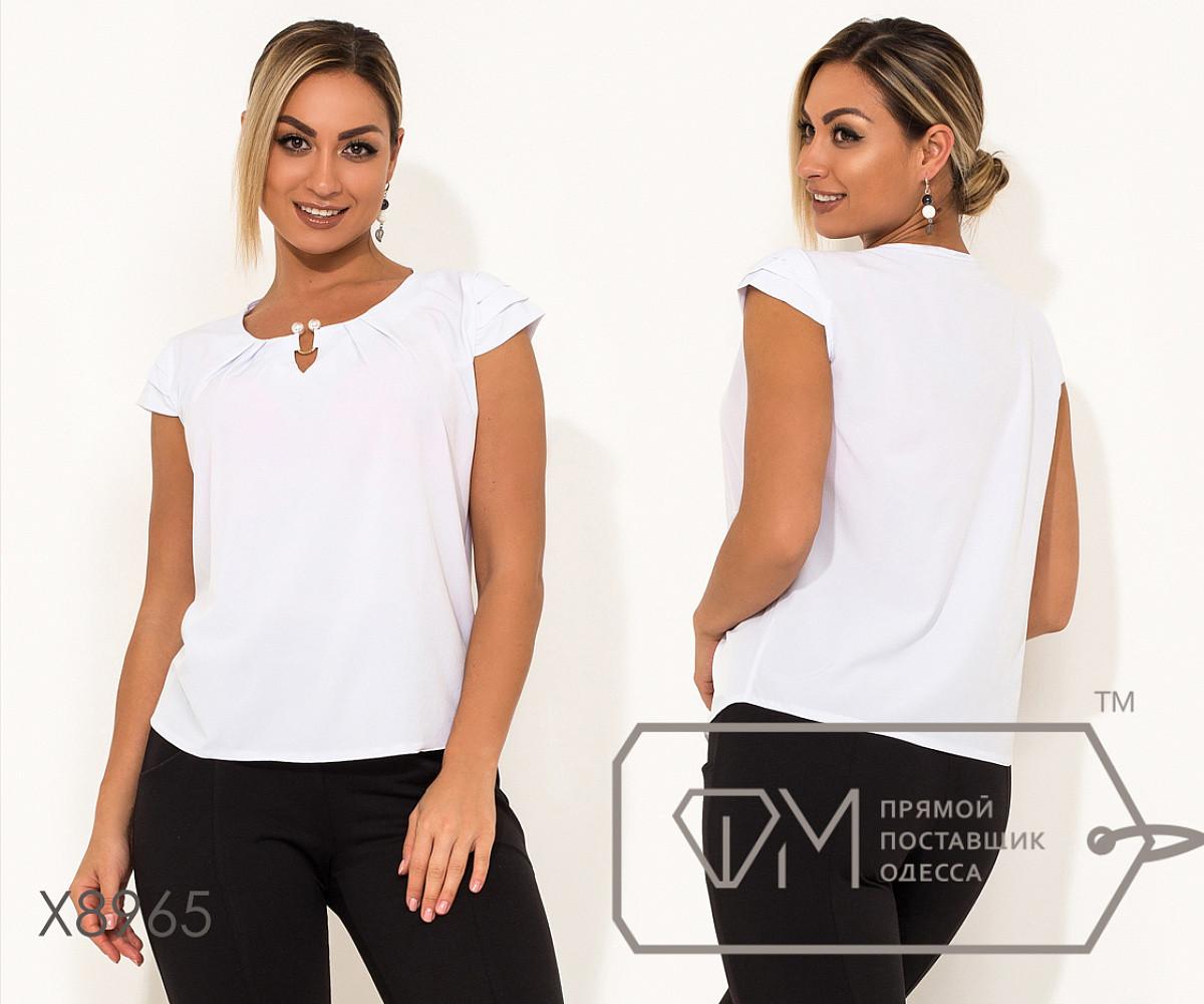 Блуза прямого кроя из софта с короткими рукавами, круглым вырезом и не съемным украшением на декольте,10цветов