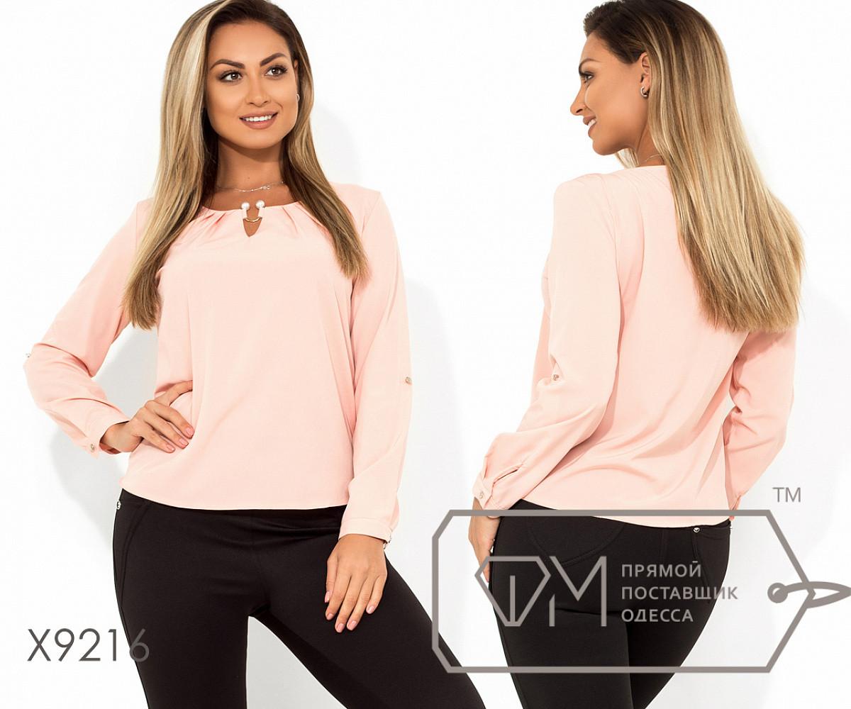 Блуза прямого кроя из софта с длинными рукавами, круглым вырезом и не съемным украшением на декольте,11 цветов