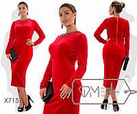 Платье-футляр миди облегающее из велюра с длинными рукавами, высокой шлицей сзади и украшением, 1 цвет